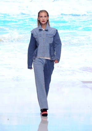 LOS ANGELES, CA - OCTOBER 05: A model walks the runway wearing Siwy Denim at Los Angeles Fashion Week SS18 Art Hearts Fashion LAFW on October 5, 2017 in Los Angeles, California. (Photo by Arun Nevader/Getty Images for Art Hearts Fashion)
